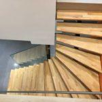 Escalier limon central garde-corps verre